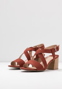 Dorothy Perkins Wide Fit - WIDE FIT BEAMER EASY CROSS OVER STACK HEEL - Sandály - conker - 4