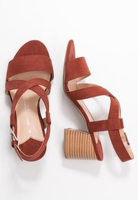 Dorothy Perkins Wide Fit - WIDE FIT BEAMER EASY CROSS OVER STACK HEEL - Sandály - conker - 3