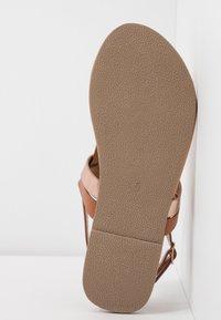 Dorothy Perkins Wide Fit - WIDE FIT FUTURE - Sandály s odděleným palcem - tan/gold - 6