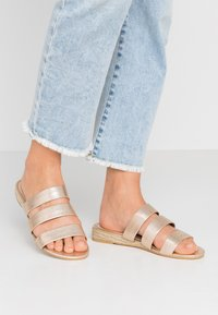 Dorothy Perkins Wide Fit - WIDE FIT FOREVER  - Pantofle - gold metallic - 0