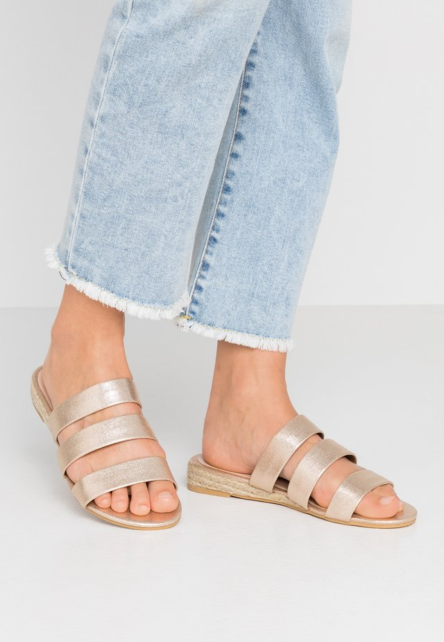 WIDE FIT FOREVER  - Pantolette flach - gold metallic