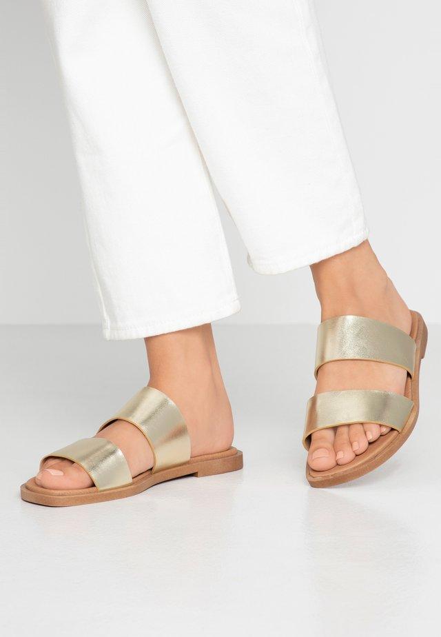 WIDE FIT FRANK - Pantolette flach - gold metallic