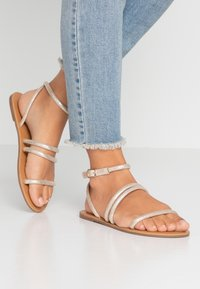 Dorothy Perkins Wide Fit - WIDE FIT TUBULAR  - Sandály - gold metallic - 0