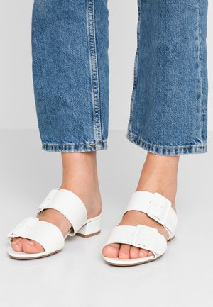 WIDE FIT BIBI BUCKLE SLIDE - Pantofle - white