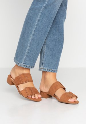 WIDE FIT BIBI BUCKLE SLIDE - Muiltjes - tan