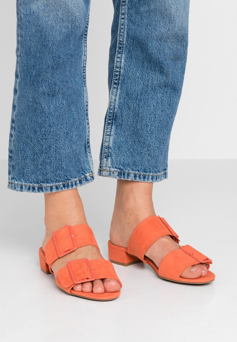Dorothy Perkins Wide Fit - WIDE FIT BIBI BUCKLE SLIDE - Sandalias planas - orange