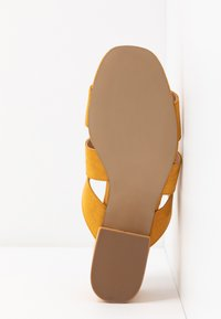 Dorothy Perkins Wide Fit - WIDE FIT BART MULE CROSS OVER - Pantofle na podpatku - yellow - 6