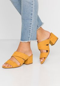 Dorothy Perkins Wide Fit - WIDE FIT BART MULE CROSS OVER - Pantofle na podpatku - yellow - 0