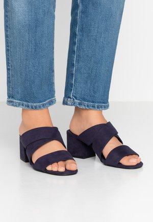 WIDE FIT BART MULE CROSS OVER - Pantofle na podpatku - navy
