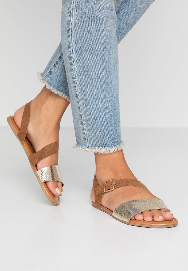 Dorothy Perkins Wide Fit - WIDE FIT FLORRIE ASYMETTRIC FLAT - Sandals - gold