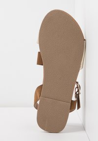 Dorothy Perkins Wide Fit - WIDE FIT FLORRIE ASYMETTRIC FLAT - Sandales - gold - 6