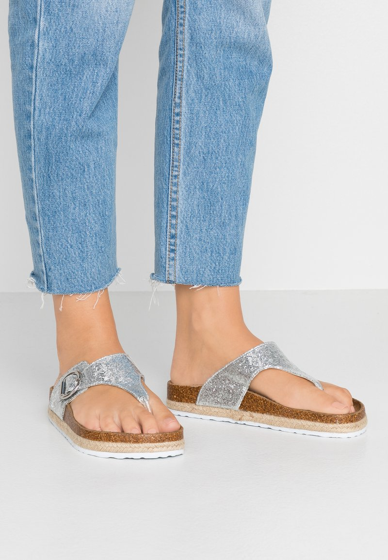 Dorothy Perkins Wide Fit - WIDE FIT FABLE FOOTBED TOE POST - Zehentrenner - silver glitter