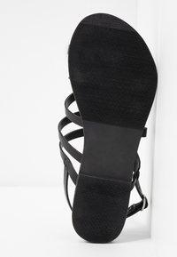 Dorothy Perkins Wide Fit - WIDE FIT JOSETTE CROSS OVER STRAPPY TOE LOOP - Sandály s odděleným palcem - black - 6