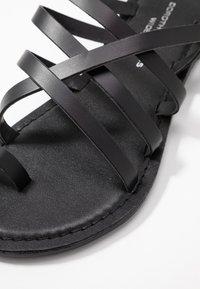 Dorothy Perkins Wide Fit - WIDE FIT JOSETTE CROSS OVER STRAPPY TOE LOOP - Sandály s odděleným palcem - black - 2