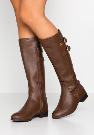 WIDE FIT KIKI BUCKLE RIDER BOOT - Botas - chocolate