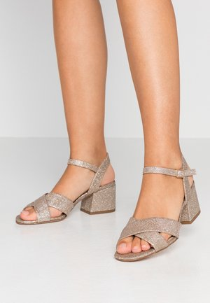 WIDE FIT BOOM CROSS OVER BLOCK HEEL - Sandály - gold
