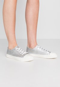 Dorothy Perkins Wide Fit - WIDE FIT ICON  - Trainers - silver - 0