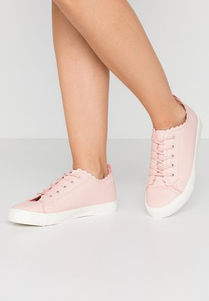WIDE FIT ISABELLA SCALLOP SPORT - Sneakers laag - pink