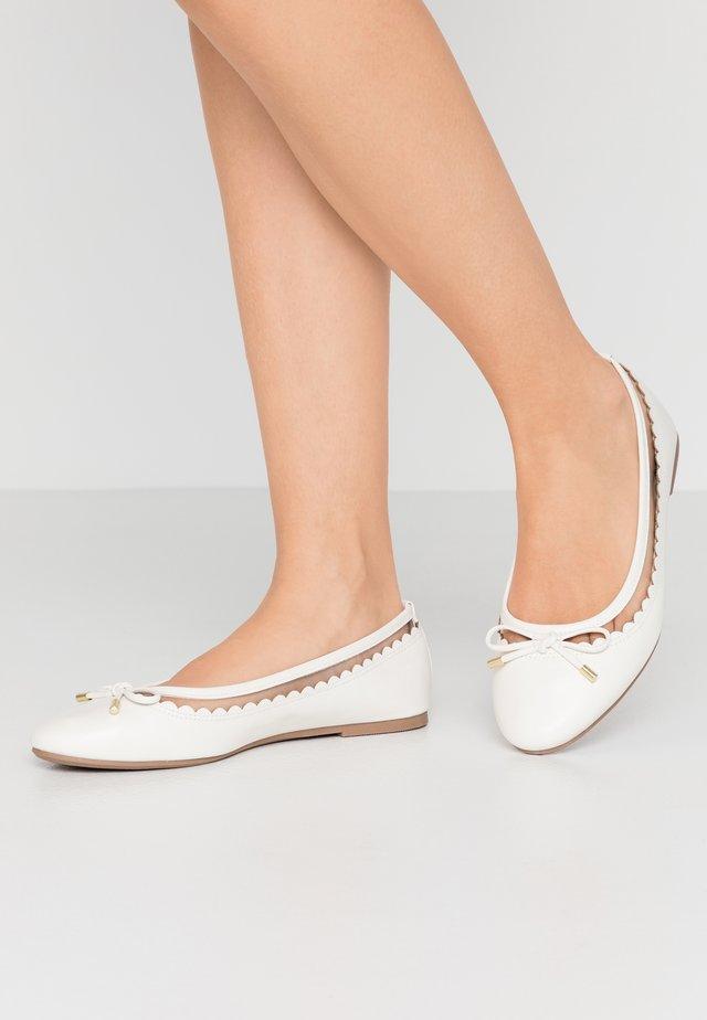 WIDE FIT PIPPASCALLOP ROUND TOE  - Ballerina - white
