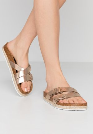 WIDE FIT FOXY DOUBLE BUCKLE FOOTBED - Chaussons - gold