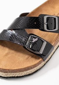 Dorothy Perkins Wide Fit - WIDE FIT FOXY DOUBLE BUCKLE FOOTBED - Domácí obuv - black - 5