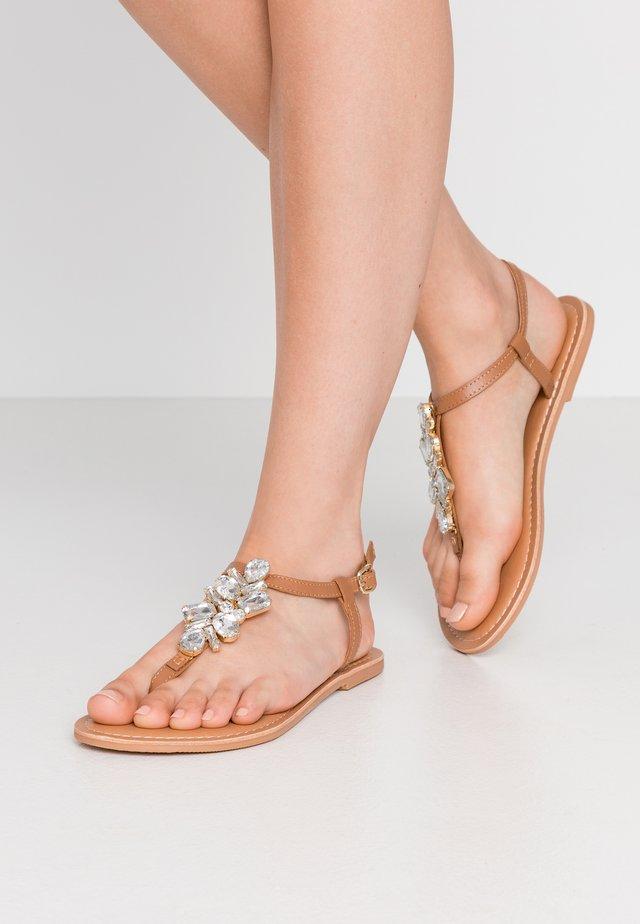 WIDE FIT JOSIE TOEPOST - T-bar sandals - tan