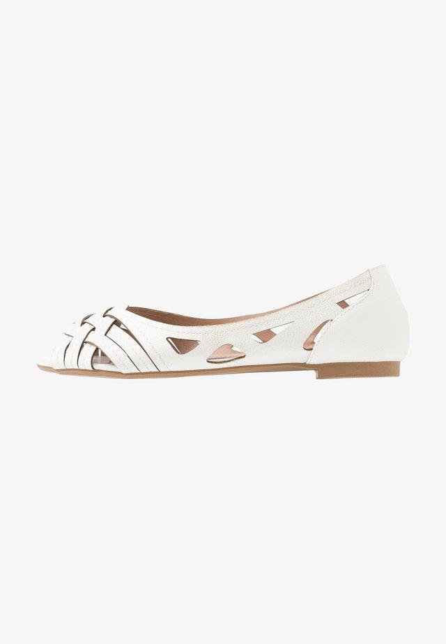 WIDE FIT PEARLENE  - Ballerina peep-toe - white