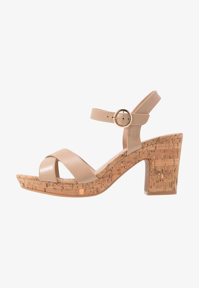 WIDE FIT RHONDA NOTCH WEDGE - Sandaletter - nude