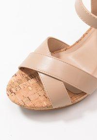 Dorothy Perkins Wide Fit - WIDE FIT RHONDA NOTCH WEDGE - Sandalen met hoge hak - nude - 5