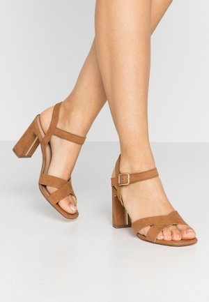 WIDE FIT SELENA BLOCK  - Sandalias de tacón - tan