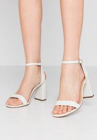 Dorothy Perkins Wide Fit - WIDE FIT SHIMMER BLOCK - Sandaler med høye hæler - white - 0