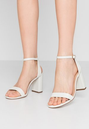 WIDE FIT SHIMMER BLOCK - Sandaler med høye hæler - white