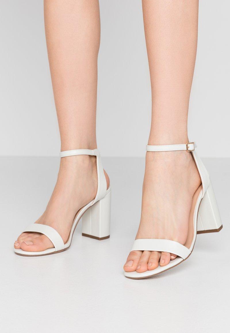 Dorothy Perkins Wide Fit - WIDE FIT SHIMMER BLOCK - Sandaler med høye hæler - white