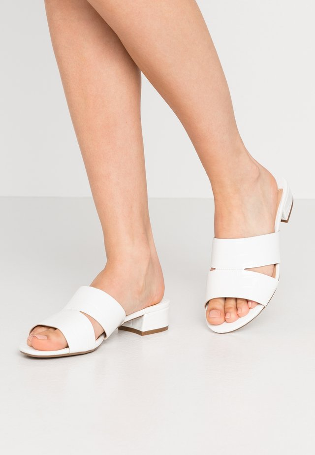 WIDE FIT SHOOP LOW BLOCK MULE - Mules - white
