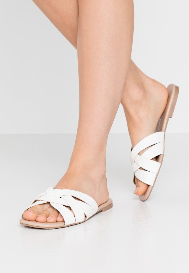 WIDE FIT FENNEL INTERLACED MULE SLIDE - Pantofle - white