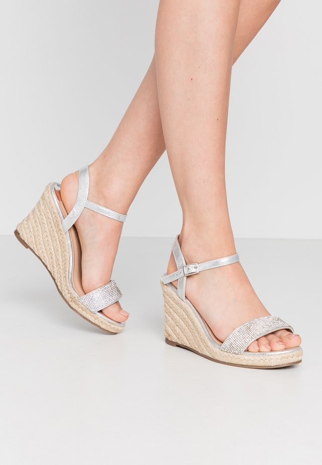 WIDE FIT RAA-RAA EMBELLISHED VAMP WEDGE - Sandales à talons hauts - grey