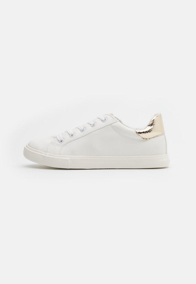WIDE FIT INKY BACK TAB SPORT - Sneakers laag - gold