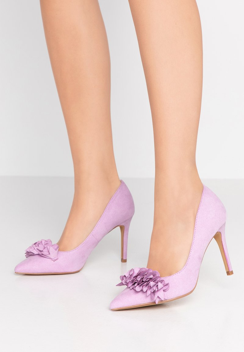 Dorothy Perkins Wide Fit - WIDE FIT DAYLILY CORSAGE TRIM COURT - Zapatos altos - lilac