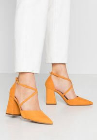Dorothy Perkins Wide Fit - WIDE FIT DARIA - Tacones - yellow - 0