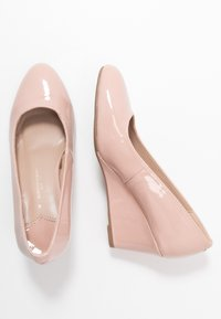 Dorothy Perkins Wide Fit - WIDE FIT DREAMER WEDGE COURT - Wedges - nude - 3
