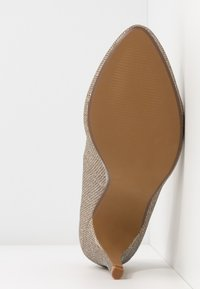 Dorothy Perkins Wide Fit - WIDE FIT DEEDEE ALMOND TOE COURT - Høye hæler - gold - 6