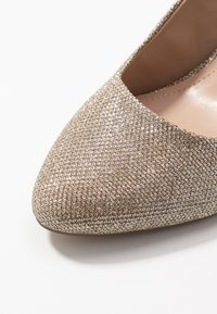 Dorothy Perkins Wide Fit - WIDE FIT DEEDEE ALMOND TOE COURT - Høye hæler - gold - 2