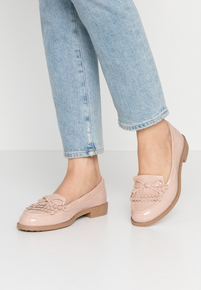 WIDE FIT LETTY LOAFER - Półbuty wsuwane - blush