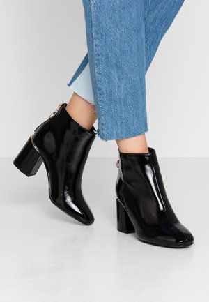 WIDE FIT AFAR HEEL BACK ZIP - Botines bajos - black