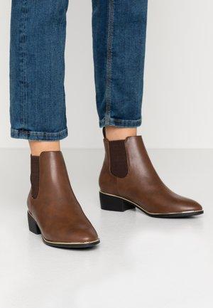 WIDE FIT MONDRIAN TIPPED CHELSEA - Boots à talons - tan