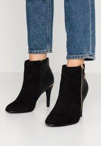 Dorothy Perkins Wide Fit - WIDE FIT AGNES SIDE ZIP ROUND TOE - Kotníková obuv na vysokém podpatku - black - 0