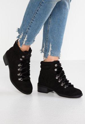 WIDE FIT ABBIE - Šněrovací kotníkové boty - black