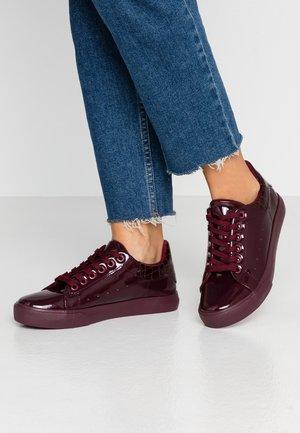 IRIS - Sneakersy niskie - burgundy