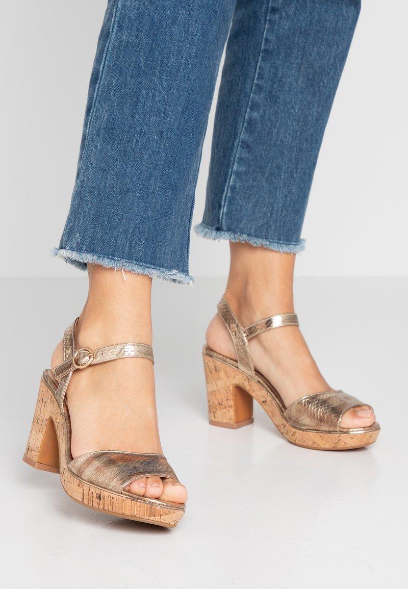Dorothy Perkins - RHONDA WEDGE - Højhælede sandaletter / Højhælede sandaler - gold