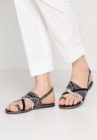 Dorothy Perkins - FANGS - Sandály s odděleným palcem - black - 0